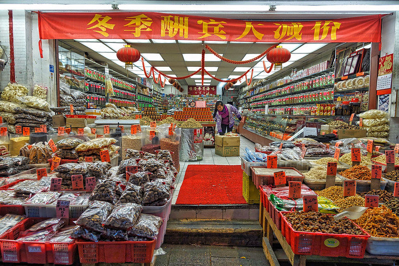A traditional chinese medicine shop. Credit: Edna Winti, Flickr.